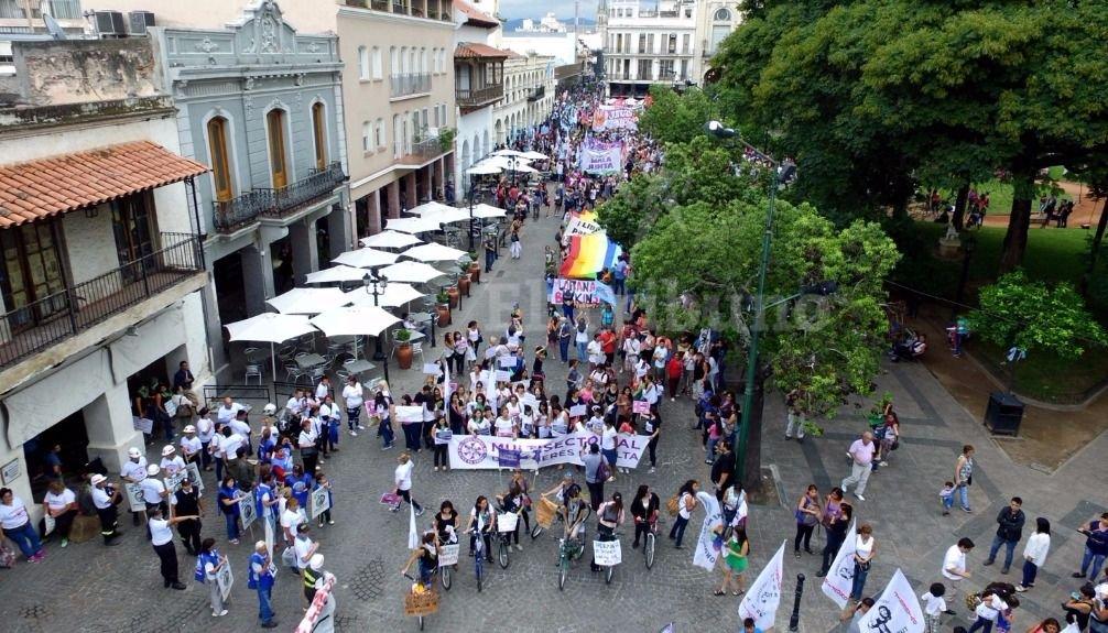 Cientos de mujeres salieron a las calles. Fotos: Federico Medaa y Pablo Yapura