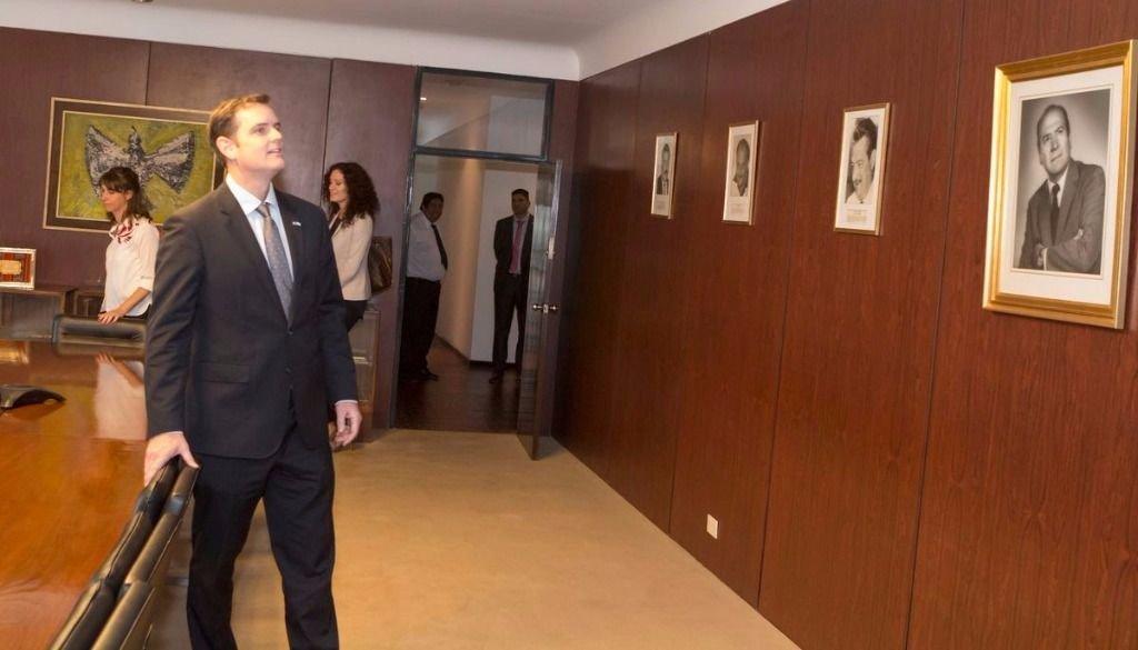 Thomas Cooney, embajador de Estados Unidos, recorriendo la planta editorial. Jan Touzeau