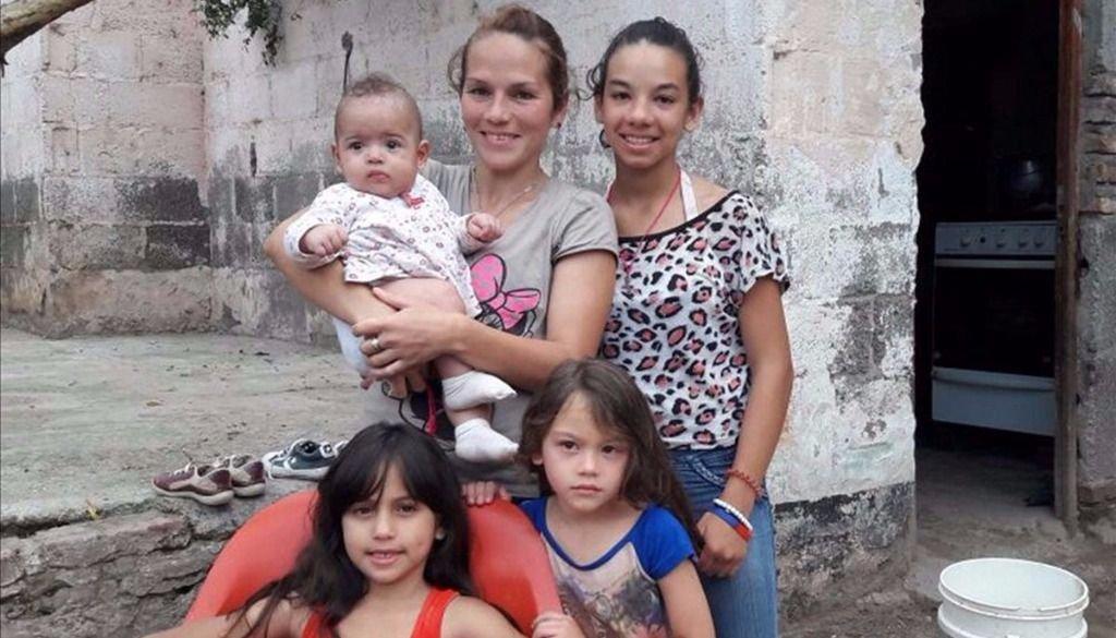 Alejandra necesita ayuda urgente para dos de sus hijas