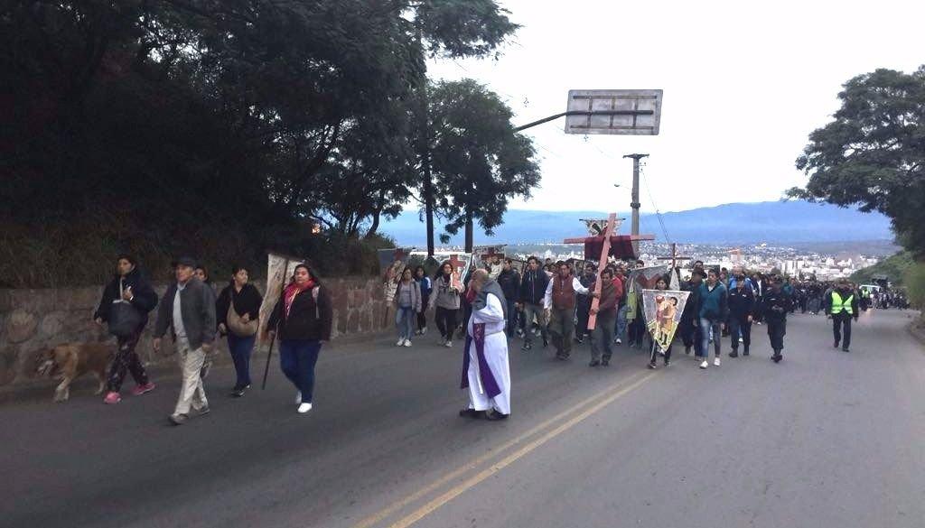 En vivo. Miles de salteños participan del Vía Crucis en el cerro San Bernardo