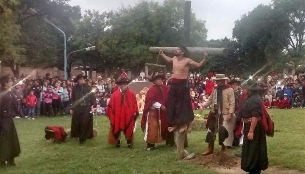 Una multitud en el Vía Crucis de los gauchos