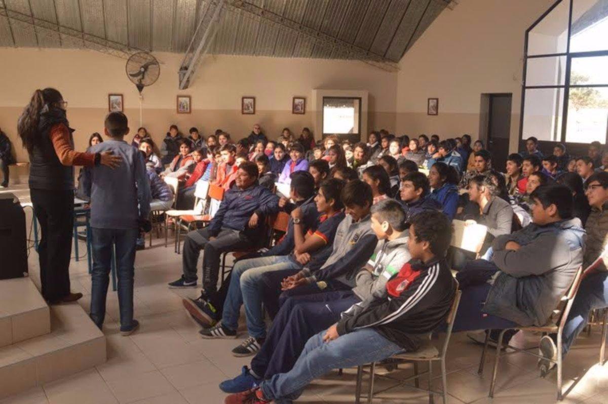 Estudiantes debaten sobre violencia escolar y métodos de prevención