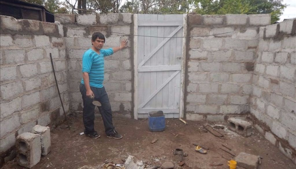 Erradican los pisos de tierra en casas de 50 familias pobres