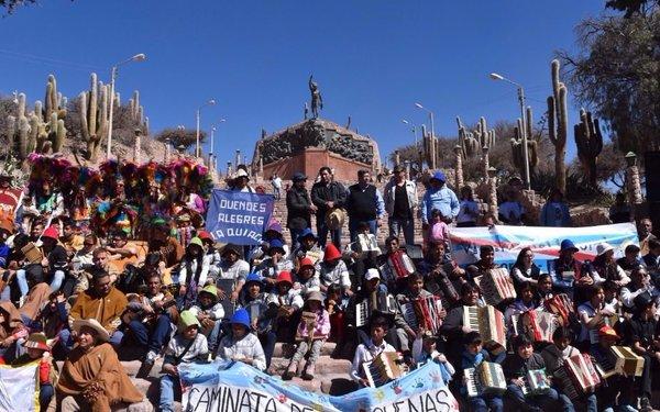 Músicos de distintos  lugares caminaron en Humahuaca