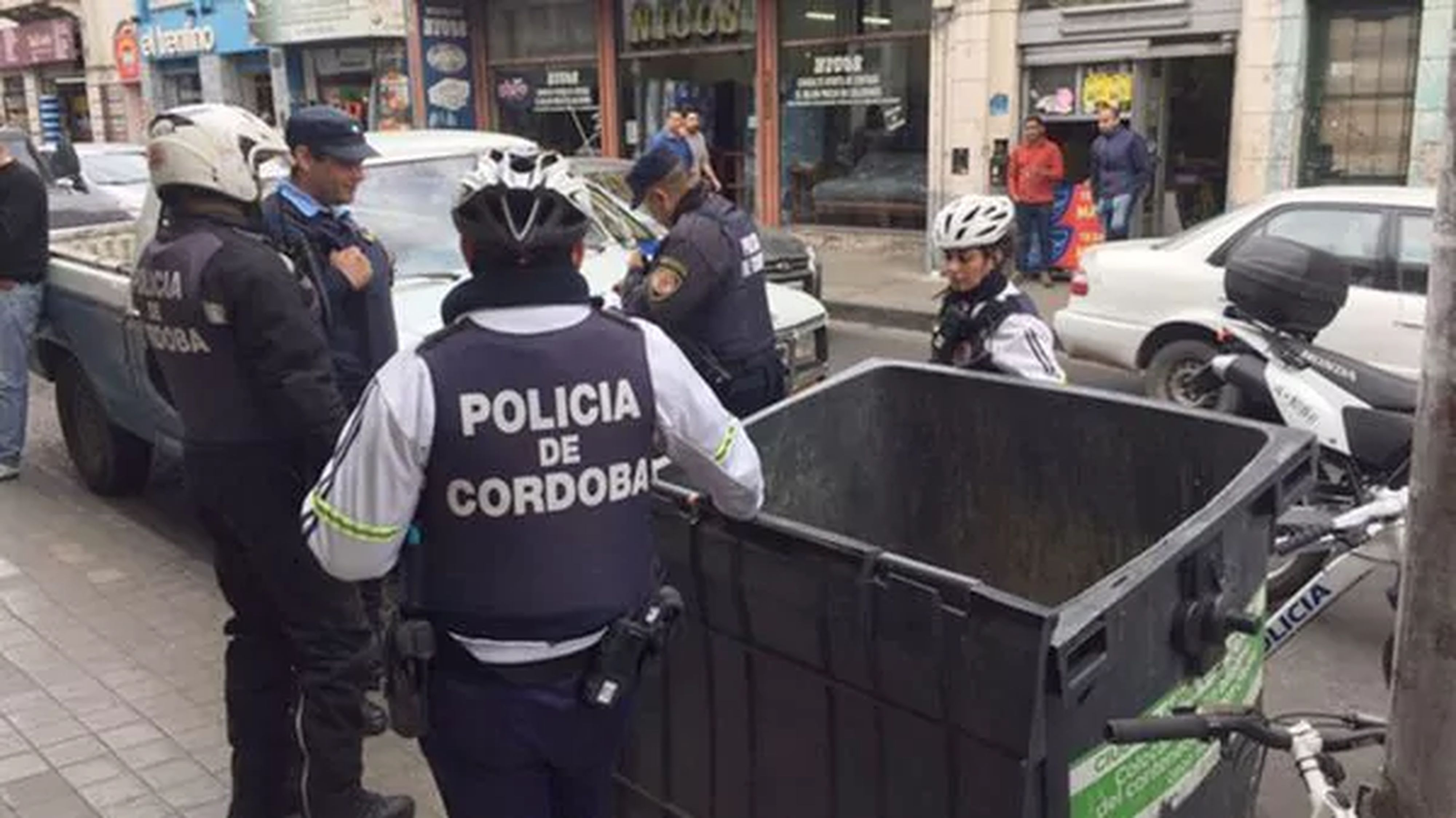 Encuentran dos bebés abandonados en contenedores de basura