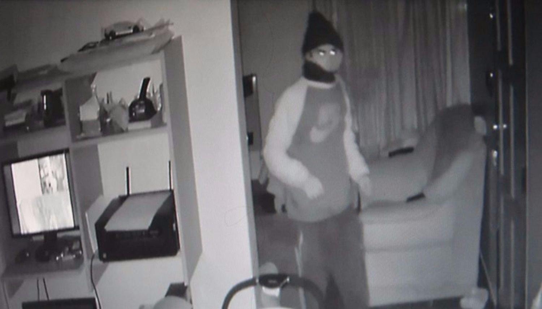 VIDEO: Un policía retirado sorprendió a un ladrón en su cocina y resistió a las piñas