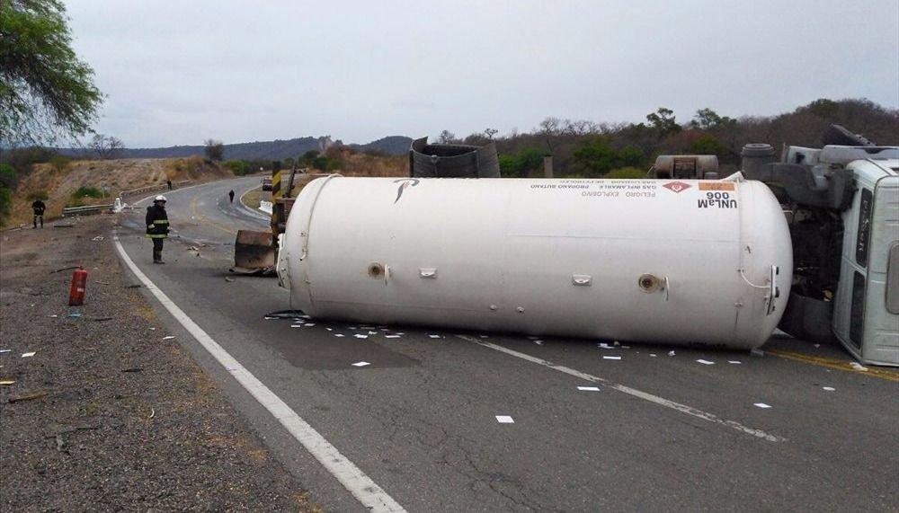 Caos y susto por el vuelco de un camión con gas