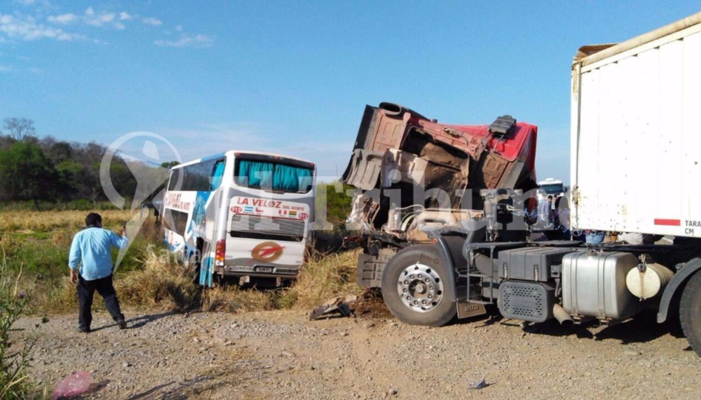 Milagro en la ruta, un camión y un micro chocaron y solo hubo heridos