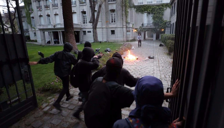 Atacan el consulado argentino en Chile durante una protesta mapuche